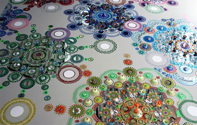 Instalações caleidoscópicas feitos de milhares de peças espalhadas pelos pisos, paredes e as pessoas