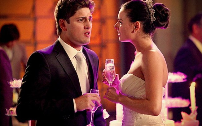 Roni tem ataque de ciúmes ao ver Leandro dançando com Bervely e Suelen tenta levar marido para a lua de mel (Foto: Divulgação/TV Globo)
