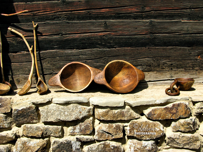 http://4.bp.blogspot.com/-zJ8tPorN6u8/T4FpsM_h1EI/AAAAAAAAJIA/K-c5FFyA4kE/s1600/wood-lemn-hand-made-muzeul-satului-Romania.jpg
