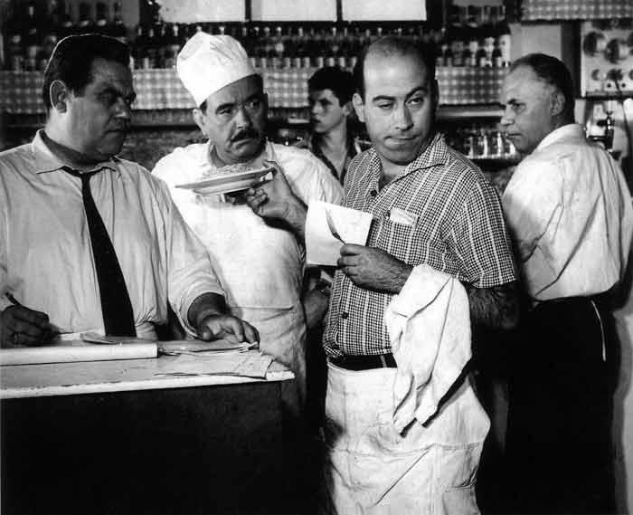 Πολυτεχνίτης Και Ερημοσπίτης (1963) - O Θανάσης Βέγγος, γκαρσόνι, έτοιμος να σερβίρει τη μακαρονάδα.