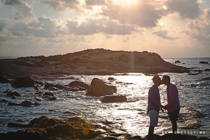 preboda tabarca gay chicos cogidos de la mano junto al mar