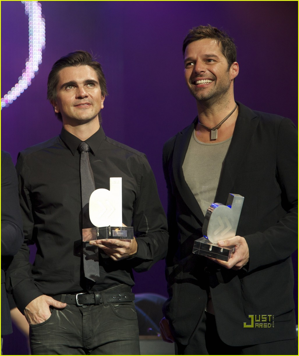 http://4.bp.blogspot.com/-zJMCAQ2qLvg/TWfARNgypGI/AAAAAAAAlDU/PnJ-kUd2nwo/s1600/ricky-martin-cadena-dial-awards-11.jpg