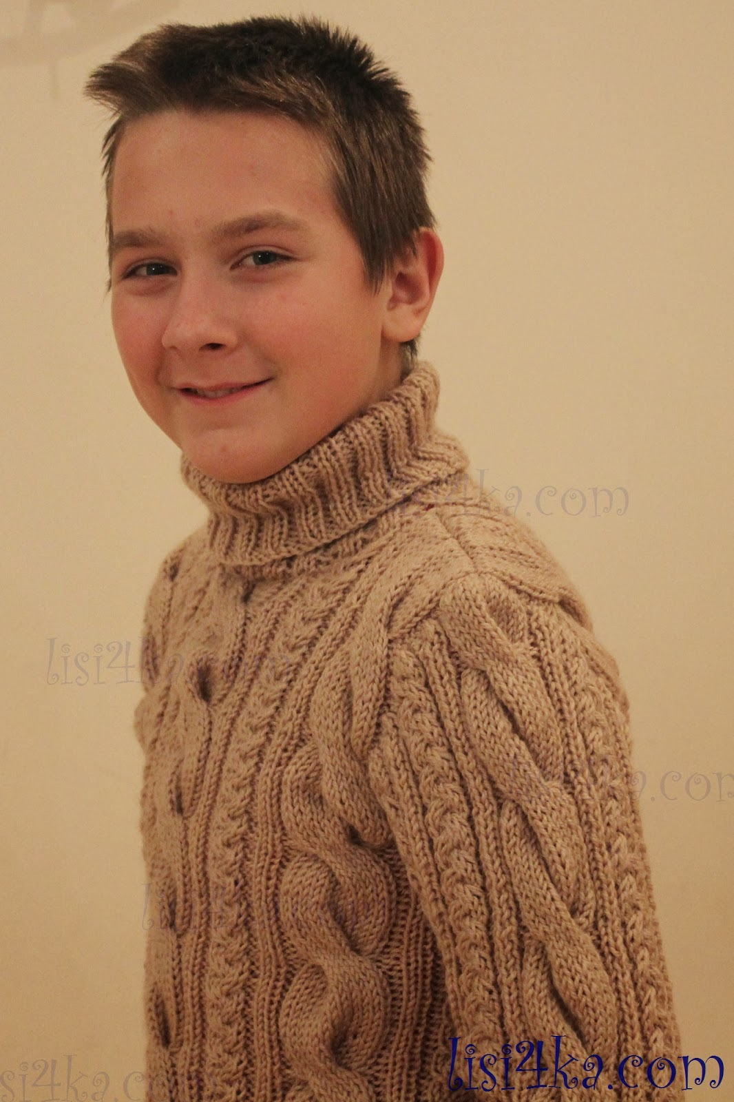 молодежный серый свитер с косами для мужчин схема