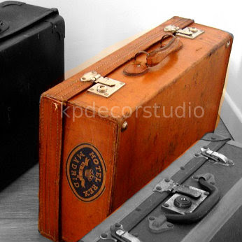 Comprar maletas antiguas para decoración vintage de salones y dormitorios, mesitas de noche y negocios.
