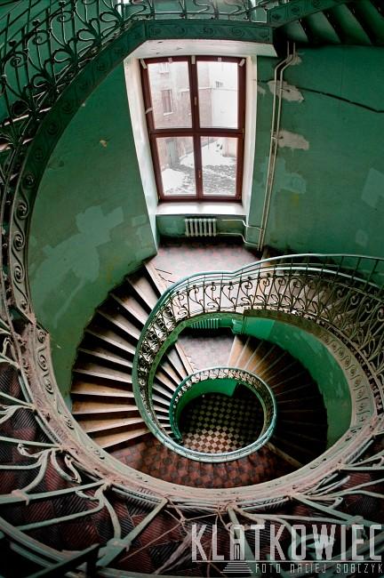 Warszawa. Art Nouveau. Secesja. Klatka z kręconymi schodami.