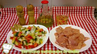 Pechuga de pollo con verduras en salsa