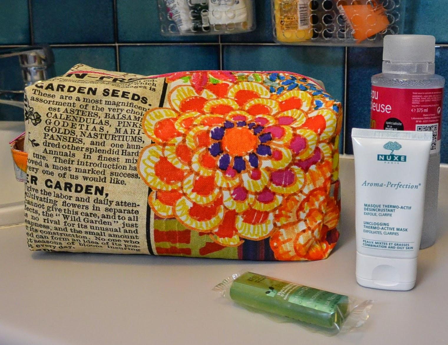 Un petit moment que j'avais envie de me mettre aux trousses et bien c'est chose faite.   J'adore ce tissu et les deux cotés de la trousse de toilette n'ont pas le même visuel.  Celle ci est doublé en tissu déperlant et imperméable donc pas de soucis pour y mettre votre brosse à dent ou autres ustensiles de bain fraichement utilisés.