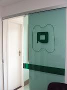 Porta de correr: Para aqueles ambientes muito pequenos procure usar portas .