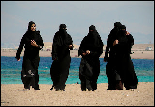 Gambar gadis-gadis arab di pantai (hot arabic girl on the beach)