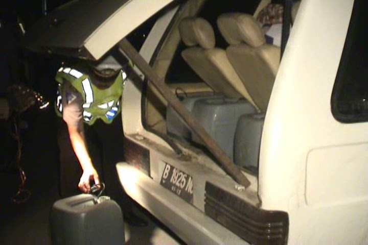 seputar indramayu dimasukan kedalam mobil polis gagalkan pengiriman tuak. Black Bedroom Furniture Sets. Home Design Ideas