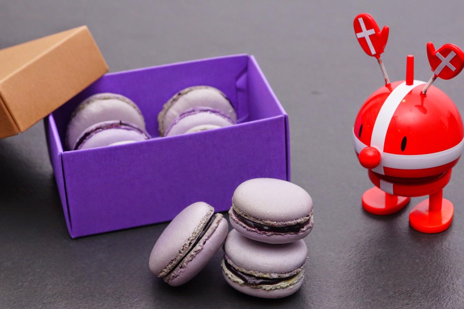 Heidelbeer-weiße Schokolade-Macarons zu Wienerbrøds Bloggeburtstag von Schabakery [wienerbroed.com]