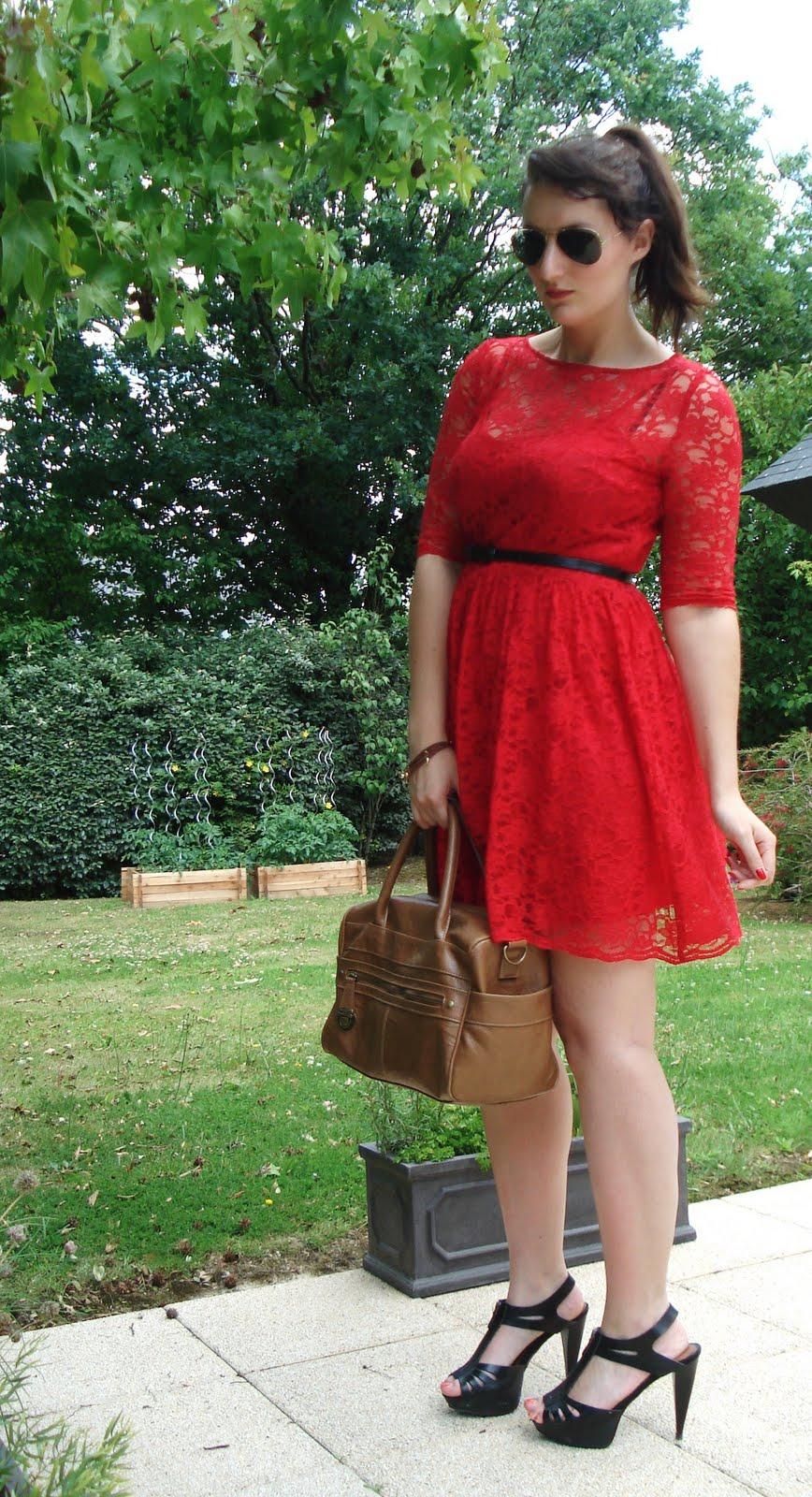le blog mode d 39 enora ma robe en dentelle rouge. Black Bedroom Furniture Sets. Home Design Ideas