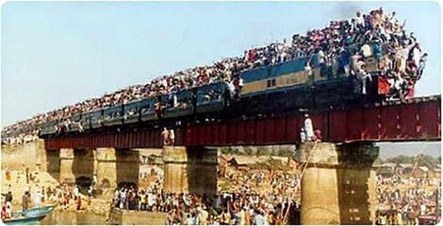 قطار يمتلئ بالركاب فوق سطحه