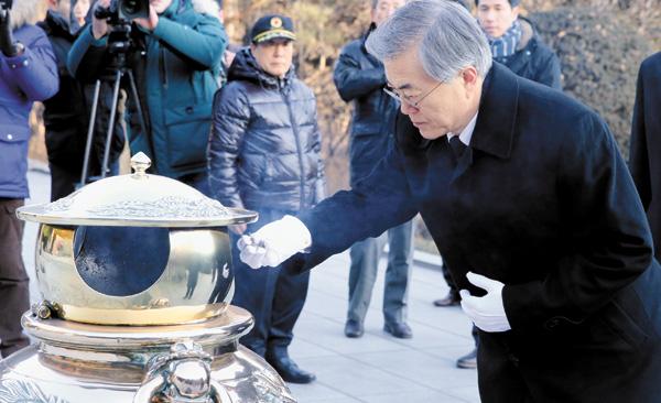 Moon Jae-in visita la tumba del exdictador Park Chung-hee en Seúl