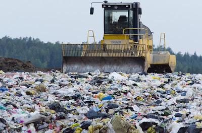 Pemandangan yang kotor dan tercemar di tapak pelupusan sampah