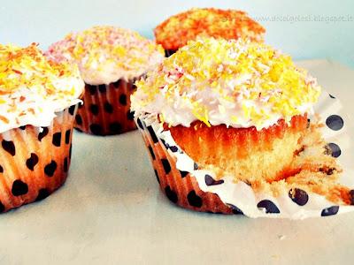 Dolci golosità: Cupcake con frosting di yogurt alla fragola philadelphia e cocco