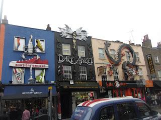 La mayoría de las fachadas de Camden están interesantemente decoradas.