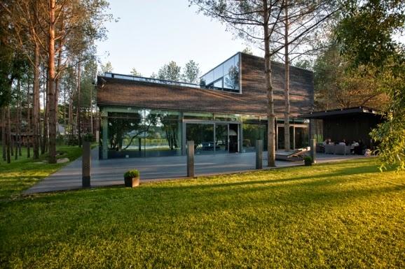 Casas minimalistas y modernas casa minimalista en medio for Casa minimalista bosque