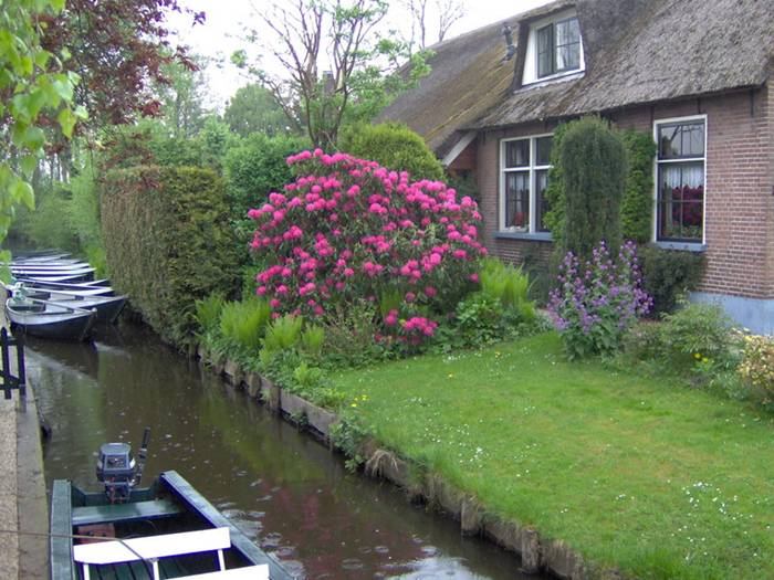 "Giethoorn is located about 5km southwest of Steenwijck in Holland and became famous - especially after the 1958 Dutch film ""Fanfare"", made by Bert Haanstra, was set there. Giethoorn is now an internationally known tourist attraction in the Netherlands."