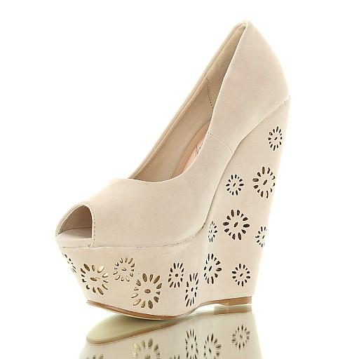 Czas na buty. Beżowe koturny zdobione na platformie.