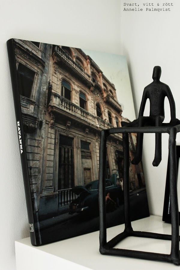 house doctor, sitting man, sittande man, bok om Havanna, svart bokrygg, svart skulptur, vit hylla, flytande hylla, vitt, ikea hylla, details, detaljer