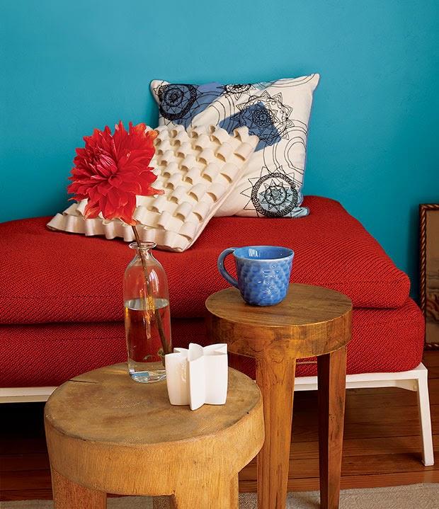 Wohnzimmer Einrichtung im anregenden Blau-Rot-Kontrast – erfrischendes Mid-Century Design
