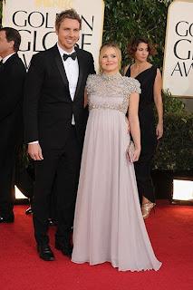 كريستين بيل لم يمنعها الحمل من إظهار أناقتها بفستان بدرجات الرمادي مطرز بمنطقة الصدر مع رفيقها كريستين بيل