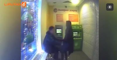 Tak Dapat Menahan Nafsu, Pasangan Ini Nekat Bersenggama di ATM