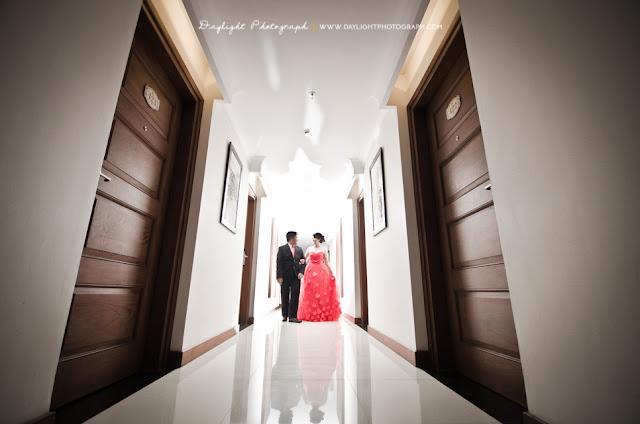 foto prewedding indoor di lorong kamar hotel