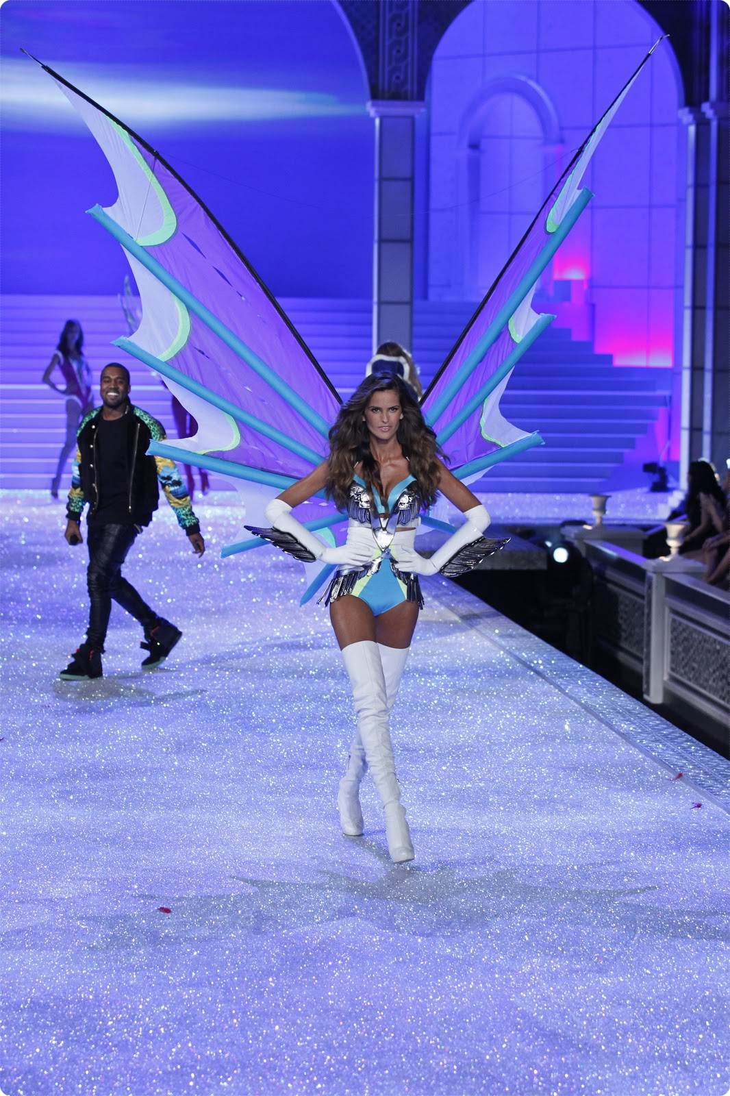 http://4.bp.blogspot.com/-zNDAVzgxaeg/TxuT_-y-pLI/AAAAAAAAARI/WWXU76vru0c/s1600/fashion-show-runway-2011-izabel-super-angels-victorias-secret-hi-resuperangels-horz.jpg