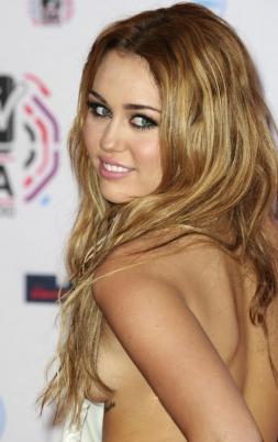 Miley Cyrus sale a escena con pezoneras y en ropa interior