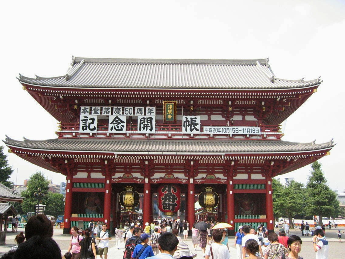 Turismo en asakusa viajando por jap n for Puerta kaminarimon