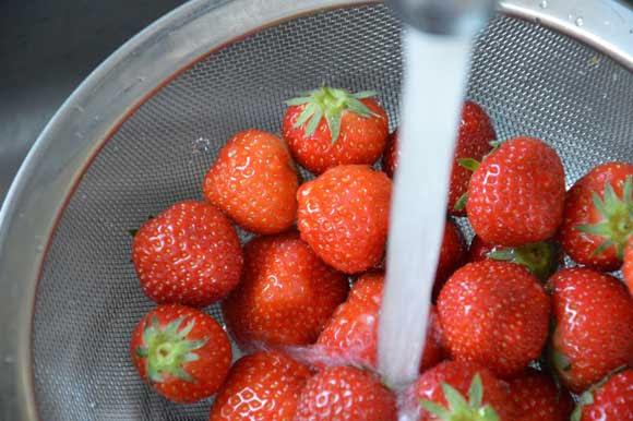Meringuetaart met aardbeien en slagroom
