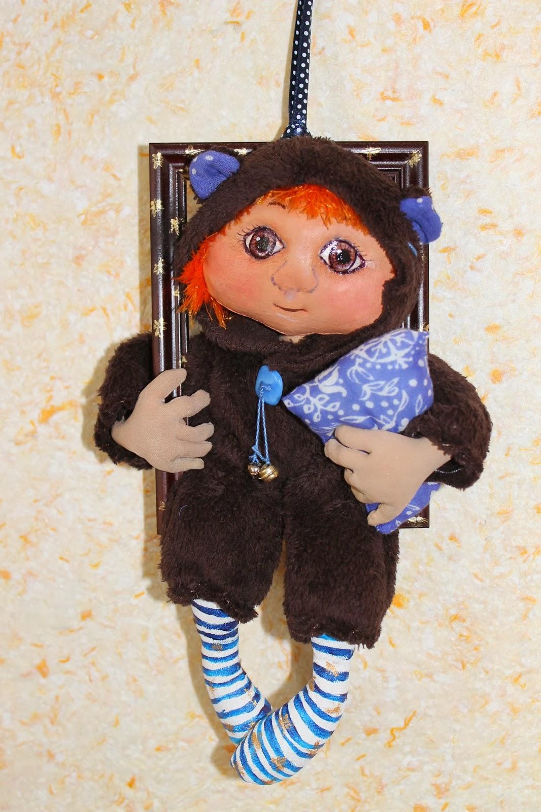 Кукла в рамке для детской комнаты
