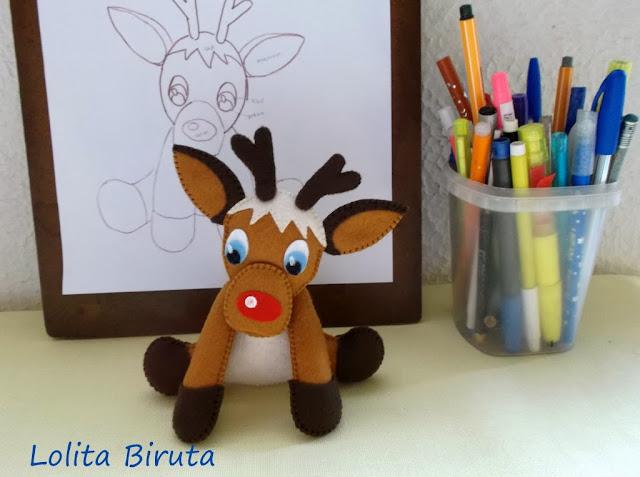 A rena de nariz vermelho em feltro para enfeitar o natal