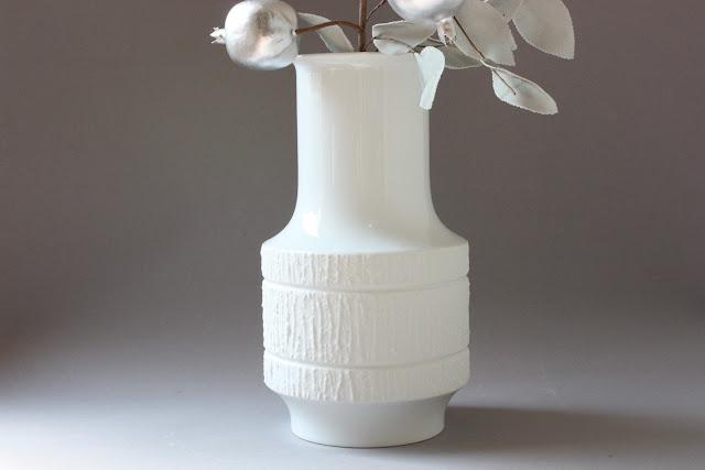 große weiße moderne vase blumenvase geradlinig mit schlichtem relief außen teils glasiert und unglasiert