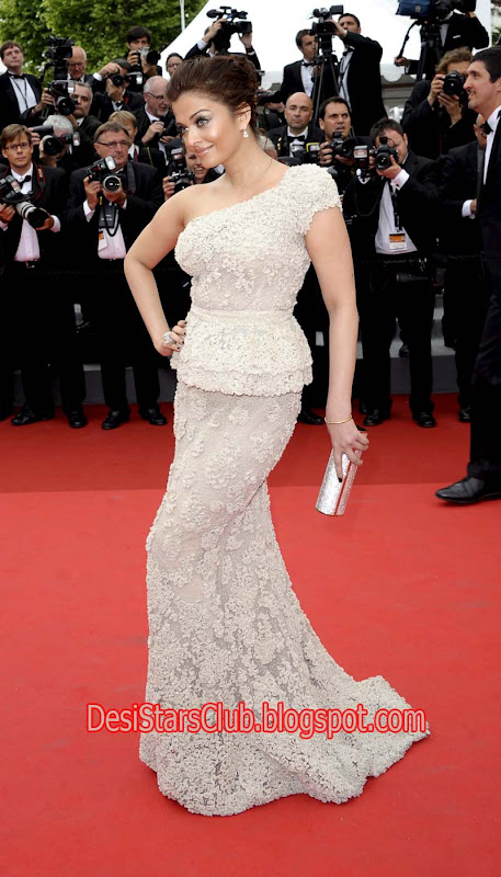 Aishwarya Rai HQs Photos At The Opening Ceremony Of Cannes 2011