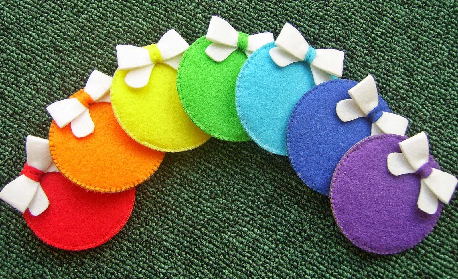 Радужный набор елочных шаров из фетра для развивающей елочки