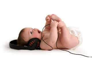 Foto gambar bayi lucu mendengarkan musik 2
