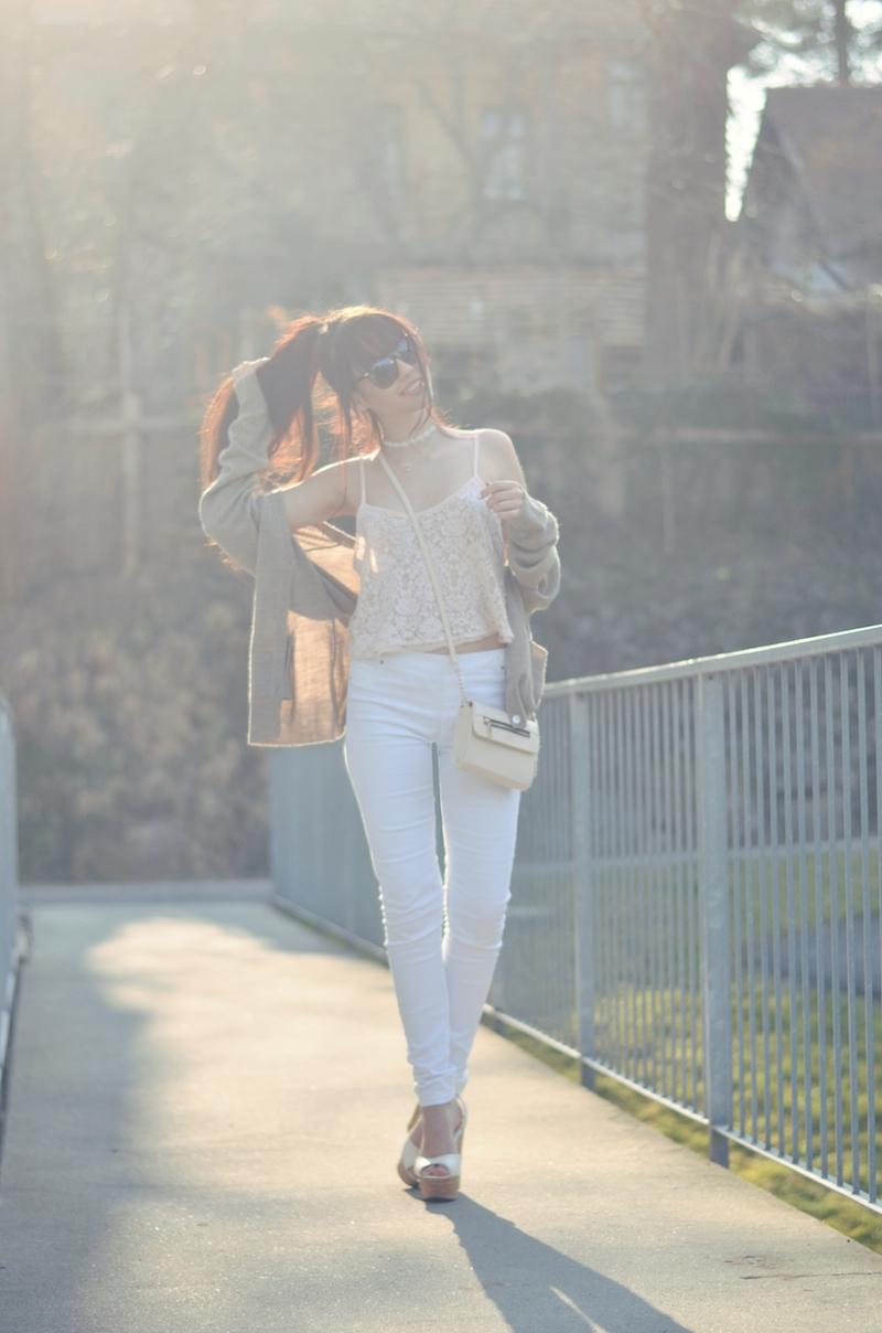 Outfit_weiße_Hose_Crop_Top_kombinieren_Frühling_Spitze_helle_Farben_hoher_Zopf_Sonnenbrille_Primark_ViktoriaSarina