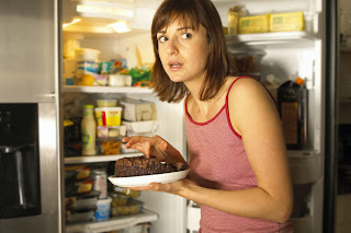 comendo escondida, assaltando a geladeira