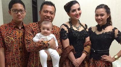 Model Kebaya Kembar Ashanty dan Aurel Hermansyah Hitam Batik Keluarga Serimbit