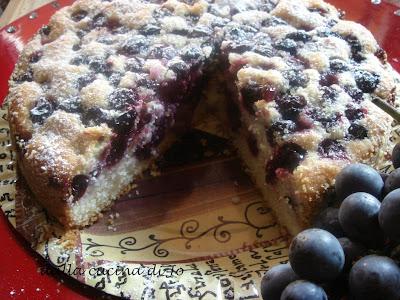 Torta soffice con uva americana e mirtilli