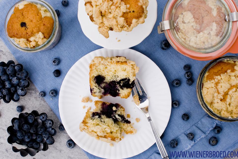 Heidelbeer-Streusel-Kuchen im Glas / Blueberry streusel cake in a jar [wienerbroed.com]