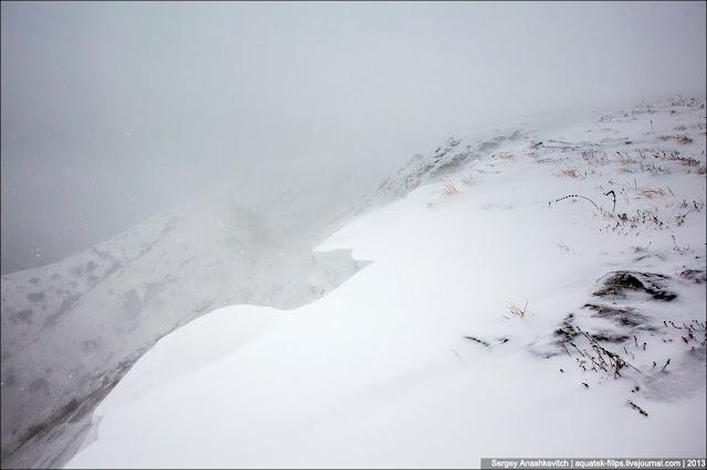 И вот на, и вы рухнете вниз. Поэтому и нужны туры, поэтому и нужно быть в горах зимой предельно внимательным