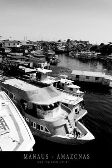 Barcos e palafitas de Manaus