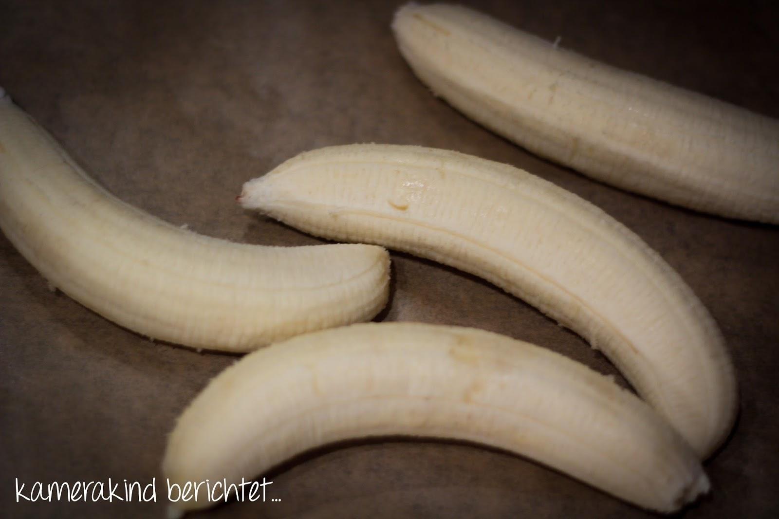 Bananen schäen und halbieren