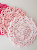 http://translate.googleusercontent.com/translate_c?depth=1&hl=es&rurl=translate.google.es&sl=en&tl=es&u=http://crafts.tutsplus.com/tutorials/make-a-set-of-five-gorgeous-crocheted-coasters--craft-4819&usg=ALkJrhj7sGgTQIHTPJL69zSZMym2vP8skA