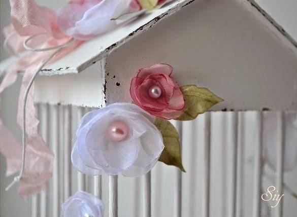 jaula, cartón, palillos, flores, tela