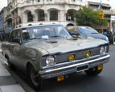 """O Chevrolet Chevy II, também conhecido como Chevy Nova, foi produzido pela General Motors entre 1962 e 1979, através de cinco gerações. Na Argentina o modelo disputou o mercado com o Ford Falcon, que é mais fácil de ser visto pelas ruas portenhas. O Nova não vendeu tão bem quanto o Falcon pois reza a lenda urbana que """"Nova"""" em espanhol soa como a expressão """"não vá"""" em português."""
